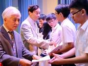 Remise de 179 bourses Vallet aux élèves et étudiants brillants du Tay Nguyen