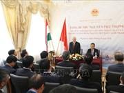 Nguyen Phu Trong se rend à l'ambassade du Vietnam en Hongrie
