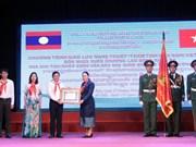 L'école Le Duan reçoit l'Ordre du Travail du Laos