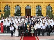 Le secrétaire général et président félicite les meilleurs étudiants