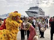 Le 15 millionième touriste étranger foule le sol vietnamien