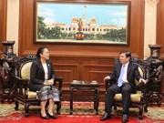 Le président du Comité populaire de HCM-Ville reçoit le nouveau consul du Laos