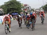 Course nationale de cyclisme vers la zone rurale : un coureur japonais endosse le maillot d'or
