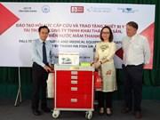 Don des chariots médicaux  à l'hôpital de la province de Kien Giang