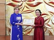 """Insigne """"Pour la paix et l'amitié entre les nations"""" à l'ambassadrice d'Arménie au Vietnam"""