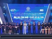 Offre de 10.000 casques de qualité à des élèves et étudiants hanoiens