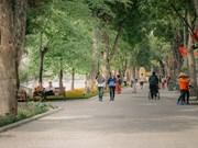 Le lac de Hoàn Kiêm s'embellit au cœur de la ville millénaire