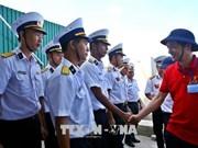 Remise de cadeaux du Têt aux habitants et aux soldats sur l'île de Song Tu Tay