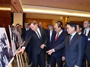 Nguyên Xuân Phuc et Dmitry Medvedev visitent l'exposition de photos sur les liens Vietnam-Russie