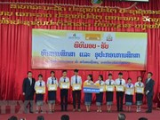 La compagnie d'assurance LAP remet des bourses à des étudiants laotiens