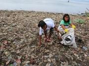 Indonésie: des centaines de personnes se rassemblent pour nettoyer la plage