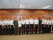 Le voilier 286/Le Quy Don échange avec des officiers de la Marine singapourienne
