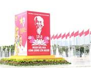Hanoï pavoisée de fleurs et de drapeaux en l'honneur du 130e anniversaire de l'Oncle Hô