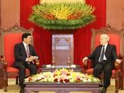 Le secrétaire général du Parti et président vietnamien Nguyen Phu Trong reçoit le PM laotien
