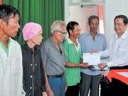 Le président du Comité central du FPV rend visite à des démunis de Can Tho