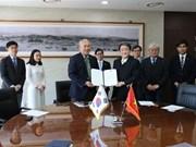 Signature d'un accord sur l'octroi de bourses sud-coréennes aux étudiants vietnamiens
