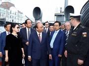 Le Premier ministre Nguyen Xuan Phuc visite le bateau-musée Aurore à Saint-Pétersbourg