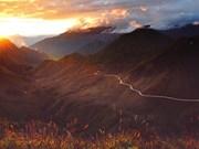 Un beau coucher de soleil sur des montagnes du Nord-Ouest