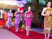 Des étudiants laotiens accueillent le Tet Bunpimay à Hue