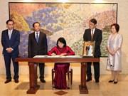 La vice-présidente Dang Thi Ngoc Thinh signe le registre de félicitations à l'Empereur japonais