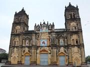 Le jardin Ave Maria et la magnifique cathédrale de Bùi Chu attirent les touristes