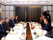 Le PM Nguyen Xuan Phuc reçoit les responsables de certaines grandes entreprises thaïlandaises