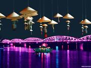 Des balcons sur le pont Truong Tiên pour faire rêver plus à Huê