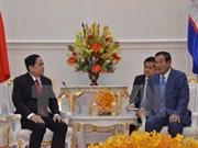 Les dirigeants cambodgiens reçoivent le président du Front de la Patrie du Vietnam