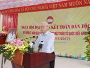 Le chef du Parti à la fête de grande union nationale au village culturel de Thuong Dien