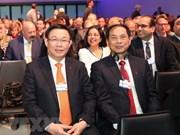 Poursuite des activités du vice-PM Vuong Dinh  Hue à Davos