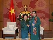 La vice-présidente de l'AN Tong Thi Phong reçoit une délégation parlementaire du Laos