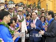 Le chef de l'Etat rencontre les cadres exemplaires de l'Union de la jeunesse communiste Ho Chi Minh