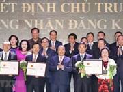 Hanoï remet des décisions et certificats d'investissement à 71 projets
