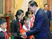 Le président Trân Dai Quang reçoit des enfants en difficulté du pays