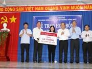 Le vice-PM Truong Hoà Binh rend visite aux familles et étudiants pauvres