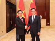 Le vice-PM Vuong Dinh Hue s'entretient avec le vice-PM chinois Han Zheng