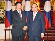 Le PM Nguyên Xuân Phuc salue son homologue laotien
