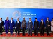 Le PM rentre à Hanoi après sa réunion et sa visite en Indonésie