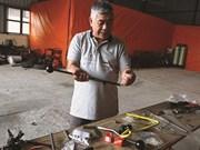 Un Viêt kiêu se mouille pour les conducteurs handicapés au Vietnam