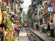 À Hanoi, un train rase les murs de ruelles