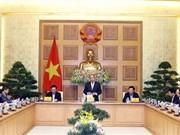 Le PM Nguyen Xuan Phuc travaille avec l'équipe de conseillers économiques