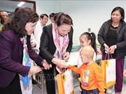 La présidente de l'AN offre des cadeaux à des enfants atteints de cancer