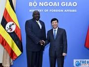 Le secrétaire d'État aux Affaires étrangères de l'Ouganda en visite au Vietnam