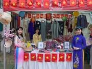 Le Vietnam présente des produits artisanaux et des vêtements traditionnels au Bangladesh