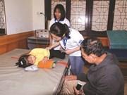 Des jeunes volontaires en blouse blanche à Vinh