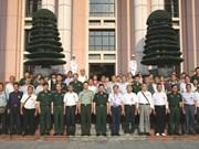 Le général Le Hien Van reçoit d'anciens combattants chinois ayant assisté le Vietnam
