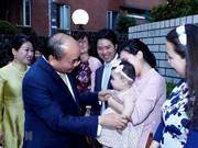 Le Premier ministre rencontre des Vietnamiens au Japon