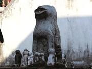 Des chiens en pierre montent la garde à Hanoi