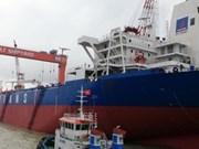 Mise à flot d'un supertanker de 104.000 tonnes