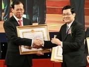 Remise du prix Ho Chi Minh  à des scientifiques